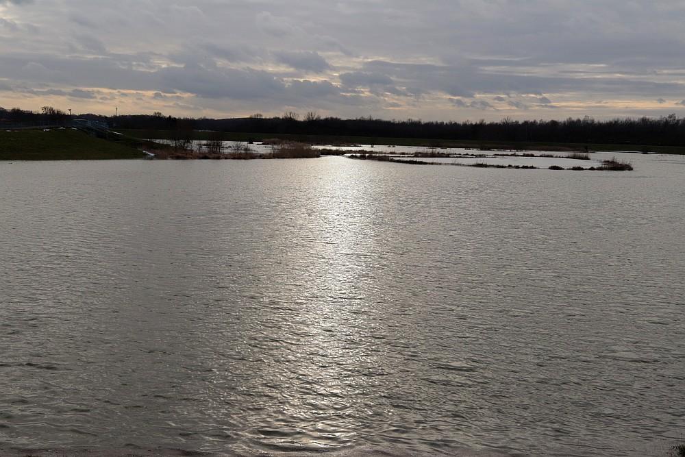 Eine riesige Wasserfläche hat sich über Nacht gebildet. 17.02.21 Foto: Hartmut Peitsch